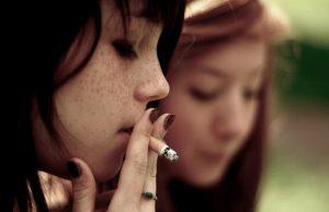 devojčice puše cigarete