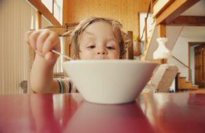 dete-jede-jelo-kuvano-na-pari