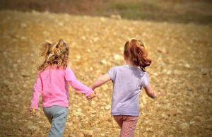 devojčice-se-drže-za-ruke